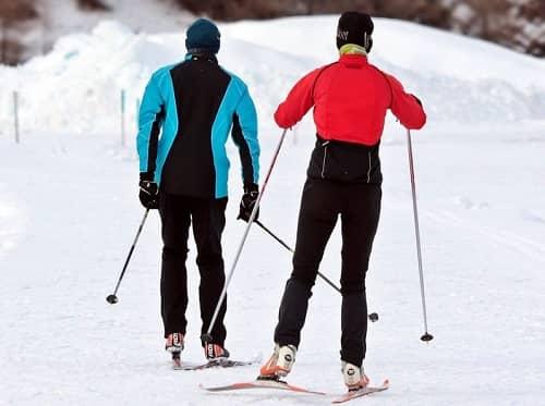 Ein Paar fährt Langlaufskier in einem schneebedecktem Gebiet