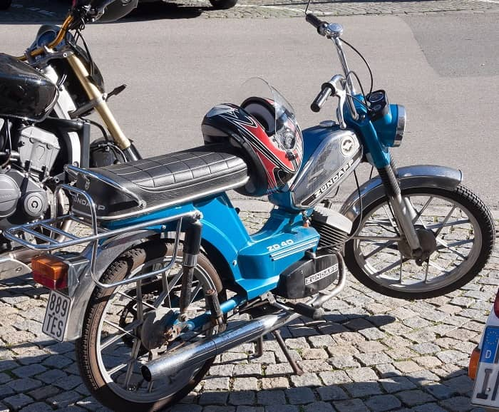 Ein blaues Zündapp Mofa steht auf einem Parkplatz