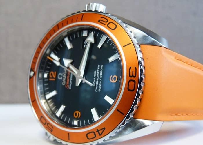 Eine Omega Seamaster Armbanduhr mit orangem Armband