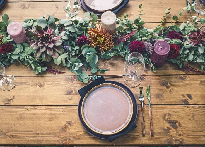Ein alter Holztisch mit haltbar gemachten Blumen dekoriert