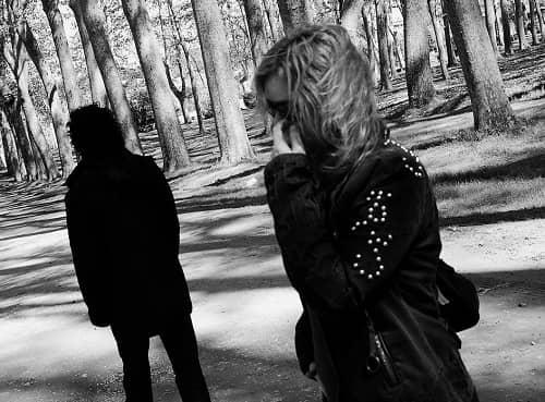 Ein Paar im Wald, er geht gerade weg