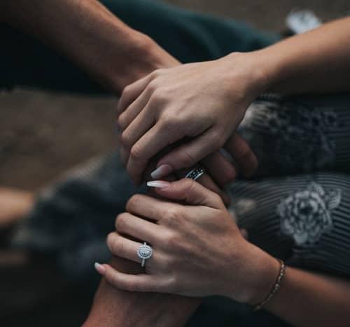 Hände einer Frau halten die Hände eines Mannes