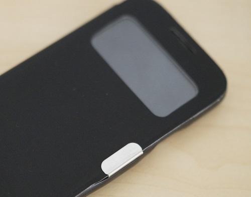 Handy mit schwarzer Schutzhülle liegt auf einem Tisch