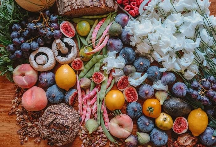Verschiedene gesunde Lebensmittel liegen schön dekoriert auf einem Tisch