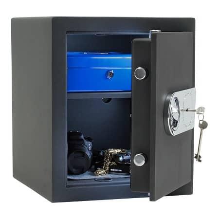 Ein halbgeöffneter Tresor mit Doppelbartschlüssel
