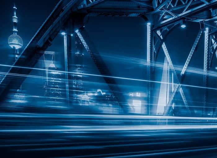 Fahrt über eine Brücke mit Aussicht auf einen Fernsehturm und Hochhäuser