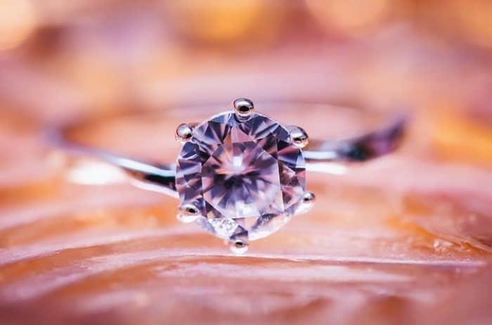 Ein apricofarbener Ring als Wasserfall gearbeitet