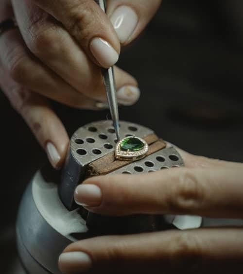 Eine Frau bearbeitet ein Diamantschmuckstück
