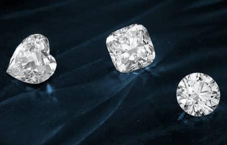 Drei unterschiedlich geschliffene Diamanten: Herzform, quadrat, rund