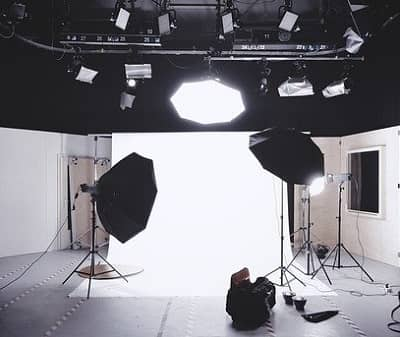 Professioneller Beleuchtungsaufbau in einem Studio