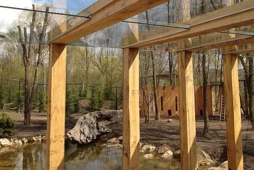 Ein massives Holzgerüst mit Glasdach, das über einem Teich aufgebaut wurde