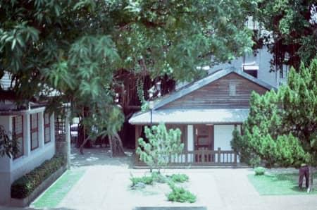 Ein Haus mit Garten wird von einer Kamera bewacht