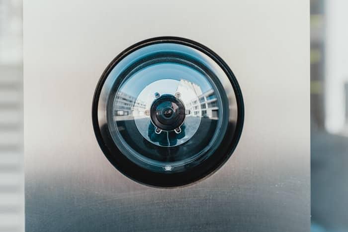Ein moderner elektronischer Türspion mit Kamera