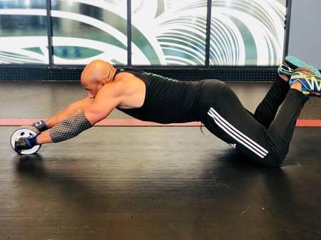 Mann trainiert Bauchmuskeln