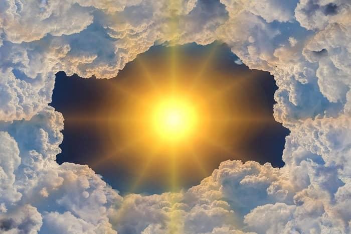 Die Sonne strahlt extrem durch ein Wolkenloch