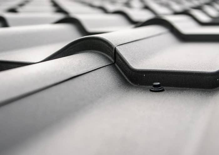 Schwarzes Wellenblechdach in der Profilansicht