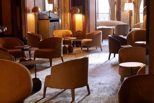 Clubraum mit bequemen Sesseln und warmen brauntönen