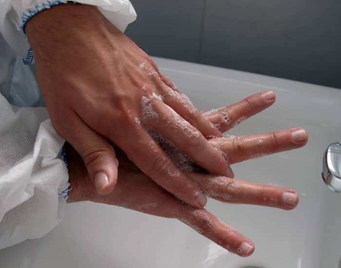 Eine Frau beim gründlichen Händewaschen