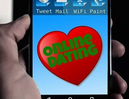 Ein Herz auf einem Handy Bildschirm, darin steht Online Dating