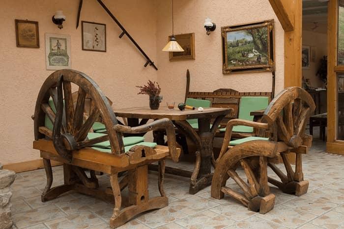 Eine sehr rustikale Holz Sitzgruppe mit Tisch