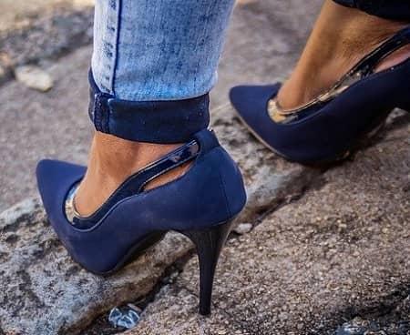 Frau mit chicken blauen Leder Stöckelschuhe