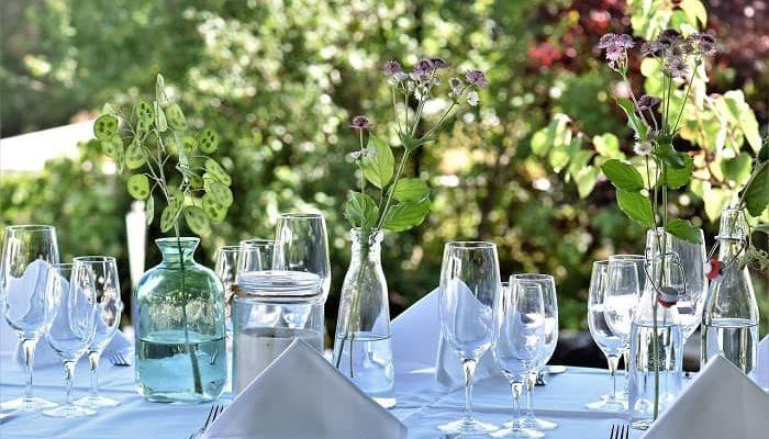 Ein schön dekorierter Tisch im Freien