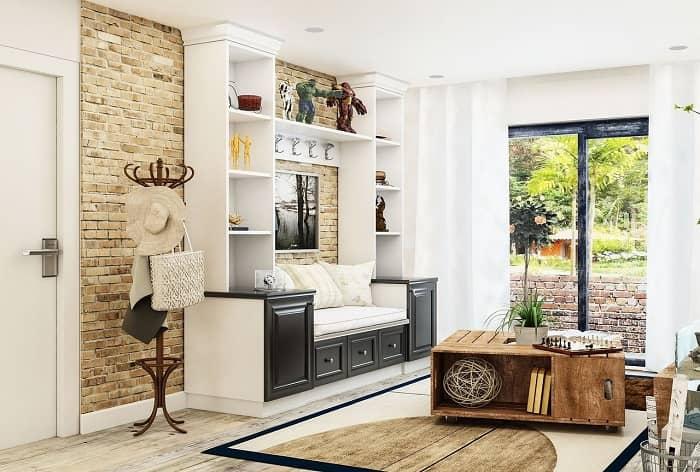 Ein interessanter Wohnraum in cream- und beigetönen und einem Sofa, das in einen Schrank integriert wurde