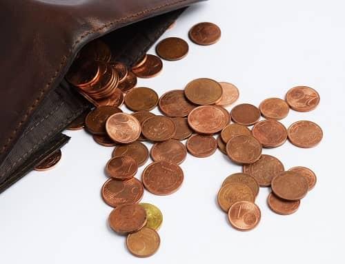 Ausgeleerter Geldbeutel in dem sich nur Centmünzen befunden haben