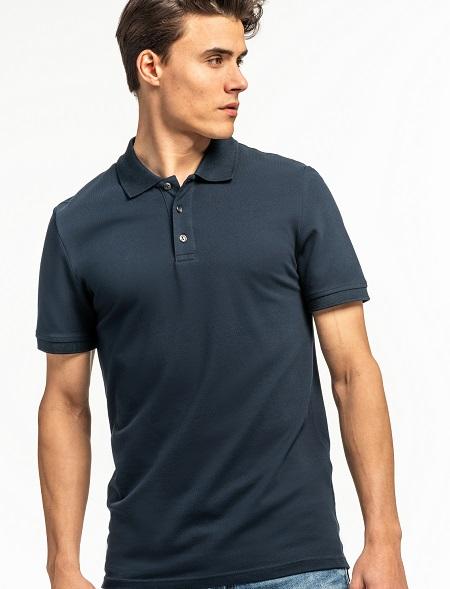 Ein großer Mann bekleidet mit einem Schwarzen Poloshirt