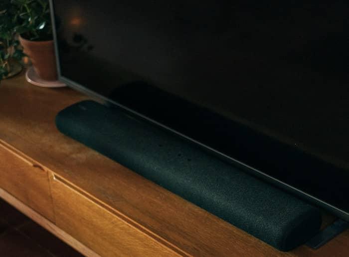 Ein Flachbildschirm unter dem sich vorne eine Soundbar befindet