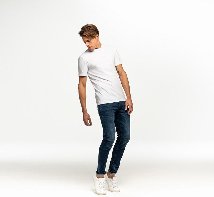 Ein großer Mann bekleidet mit einem weißen Shirt