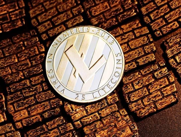Eine Litecoin Münze liegt auf einem Kupferfarbenen Hintergrund